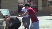 Кражба на автомобилни гуми и подаряване на карта за нови - шега prank