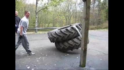 Луди обръщат по 2 тракторни гуми