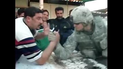 Ирански войник играе на канадска борба..