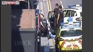Мъж се притича на помощ на полицайки да задържат арестуван беглец!