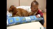 Бебе яде опашката на коте