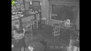 келнерка не успява да отнесе подноса