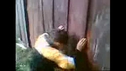 Дете олигофрен си удря главата в ограда