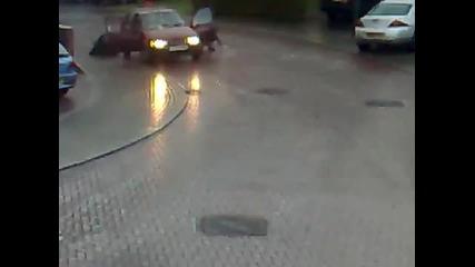 Жена пада от колата си на заледена улица