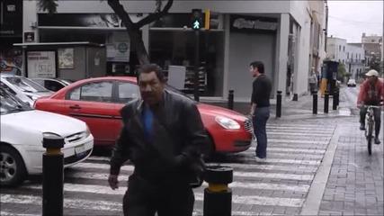 Пешеходец дава урок на самозабравил се шофьор на кръстовище