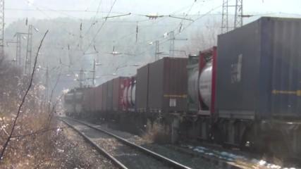 товарен влак влиза в спирка Побит Камък.