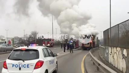 Машина за полагане на асфалт се запали в движение
