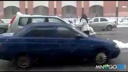 Жена чисти колата насред пътя - Смях