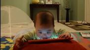 Бебче свири на пиaно по един много забавен начин!