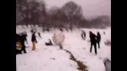 Забава с голяма снежна топка