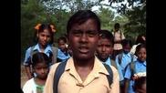 Деца ходят рисковано на училище в Индия