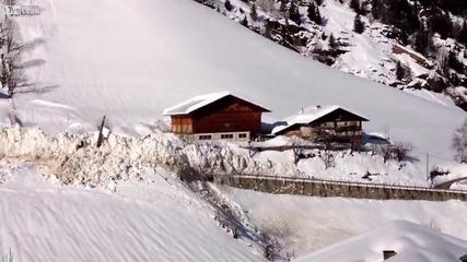 Няма спиране! Красиво и oпустошително лавина минава през село