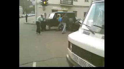 Пич натръшква четири мутри на кръстовище в Русия