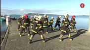 Пожарникари в Чили танцуват много смешен танц да забавляват целия град!