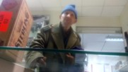Клиент в оръжеен магазин иска да купи пистолет Макаров2