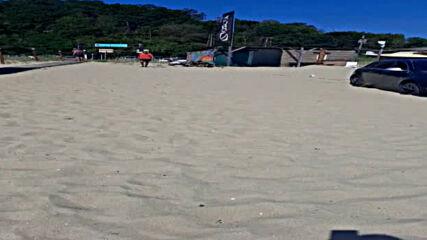 Затънал автомобил на плажа на Шкорпиловци