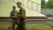 Войник с крака обезврежда въоръжен с А . К. 47