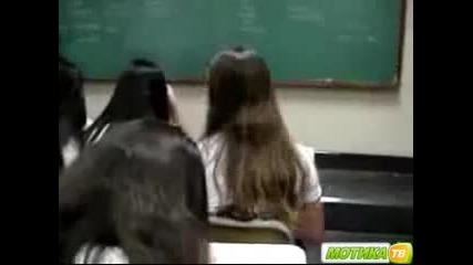 Учител откача по време на час и размазва телефон на ученичка