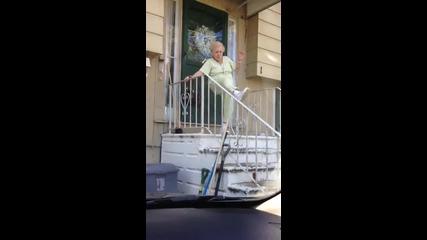 Бабка танцува лудо