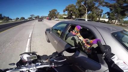 Моторист си прави шегичка с момиче по време на движение