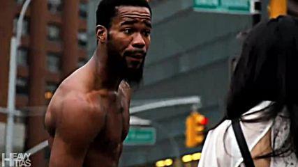 Акробат на улица в Ню Йорк прави шоу