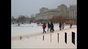 Рекорден сняг блокира Москва