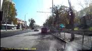 Глупава жена с малко дете и бебе в количката,през горещият асфалт!