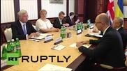Украйна: Британският министър на отбраната Фалън се срещна с министър председателя Арсений Яценюк