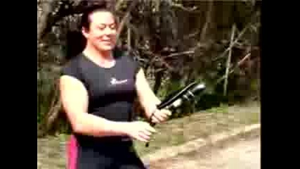 Силна Жена Сгъва Тиган!