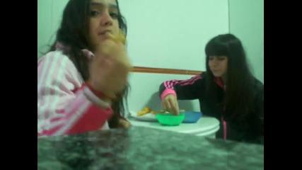 Caida De Maria Mientras Comemos
