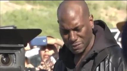 Звездата Тайрийз Гибсън на мястото където е станал инцидента с колегата му Пол Уокър