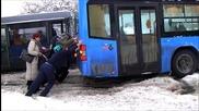 Пътници бутат автобус закъсал в снега !