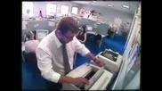 Пич издивява защото принтера не работи !