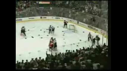 Зрелищно збиване в мач по хокей на лед