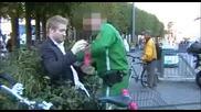 Пиян човек се опитва да сплаши Полицай с... ( Вижте с какво ) Много смях!!!