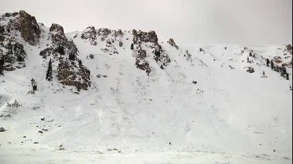 луд скиор не бяга от лавината
