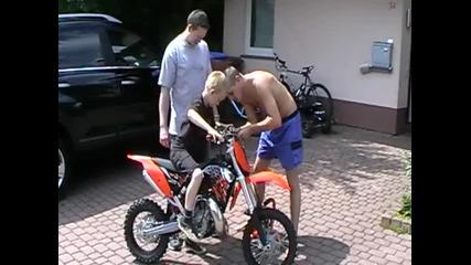 На детето му купиха мотор Ktm 65