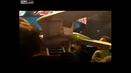 Птица робот пада в публиката