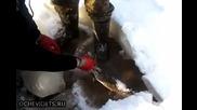 Руски изобретателни рибари ловят по елегантен начин щука в замързнало езеро