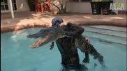 Човек изважда крокодил от басейн