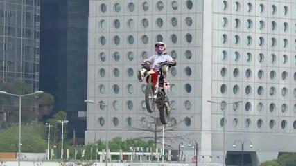 Невероятни Fmx трикове в Хонг Конг