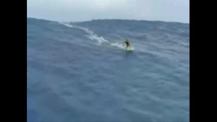 Откачен сърфист (огромна вълна)