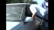Журналист безуспешно се опитва да разбие кола