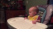 Малко бебче се смее супер заразително