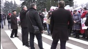 Moldova: Hundreds of anti-gov protesters rally in front of parliament