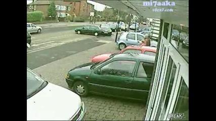Камера на известен Британски хипермаркет заснема полудяла шофьорка