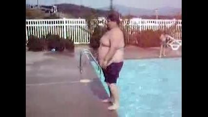 Дебел мъж прави Задно салто във водата - Смях !!!