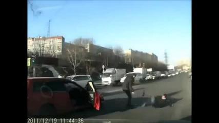 Пешеходец изненадва агресивен шофьор