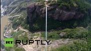 Китай: Дрон засне най-дългият висящ стъклен мост в света