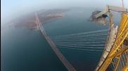 Руснаци се качват на висок мост! Тръпката е голяма ..